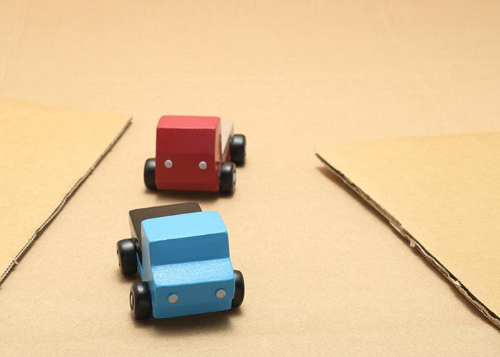 段ボールの上に置かれたトラックの模型